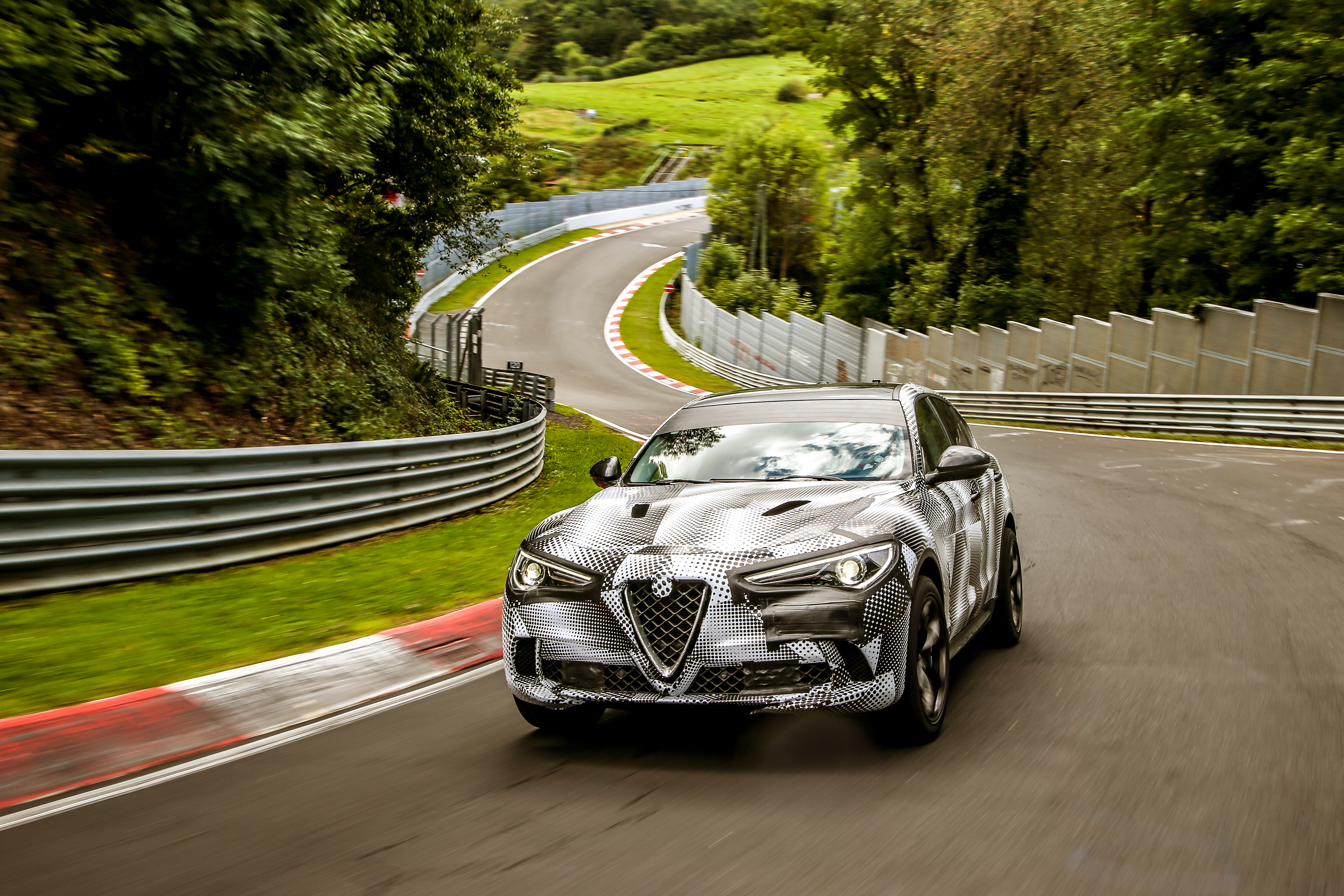 alfa romeo stelvio quadrifoglio le suv le plus rapide au monde s 39 adjuge le record du tour sur. Black Bedroom Furniture Sets. Home Design Ideas
