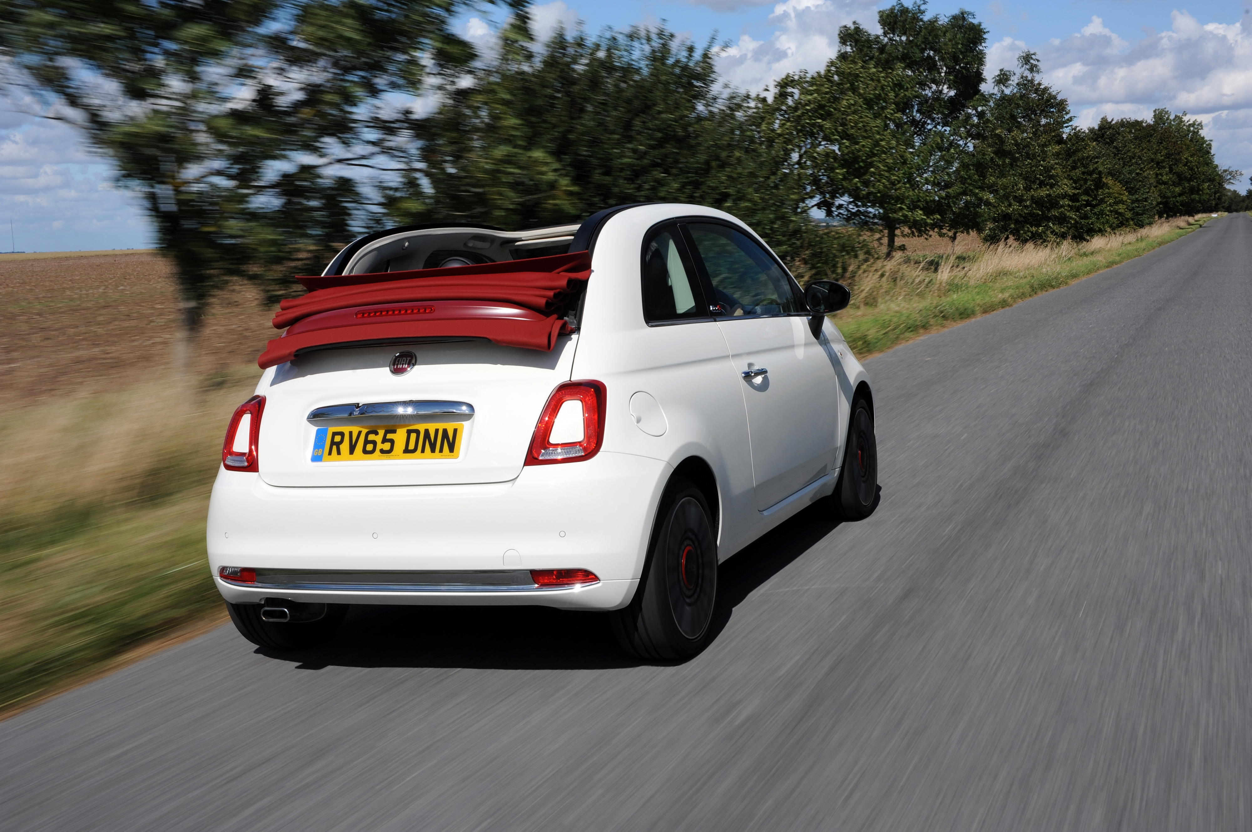 new fiat 500 goes on sale in the uk press fiat group automobiles press. Black Bedroom Furniture Sets. Home Design Ideas